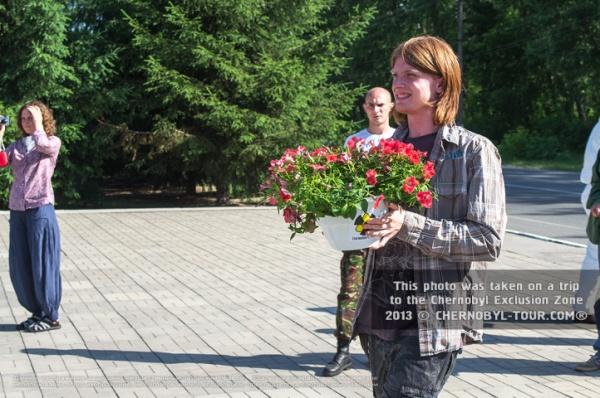 Возложение цветов к памятнику в Чернобыле